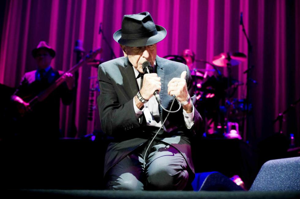 NORGESVENN: Leonard Cohen er softrockens gangster of love, som sedvanlig iført mørk dress og film noir-inspirert hatt. Her i en positur han bruker ofte, på knærne, med lukkede øyne og en intensitet som om han forsøker å presse sangene sine inn i mikrofonen. Foto:Thomas Rasmus Skaug / Dagbladet