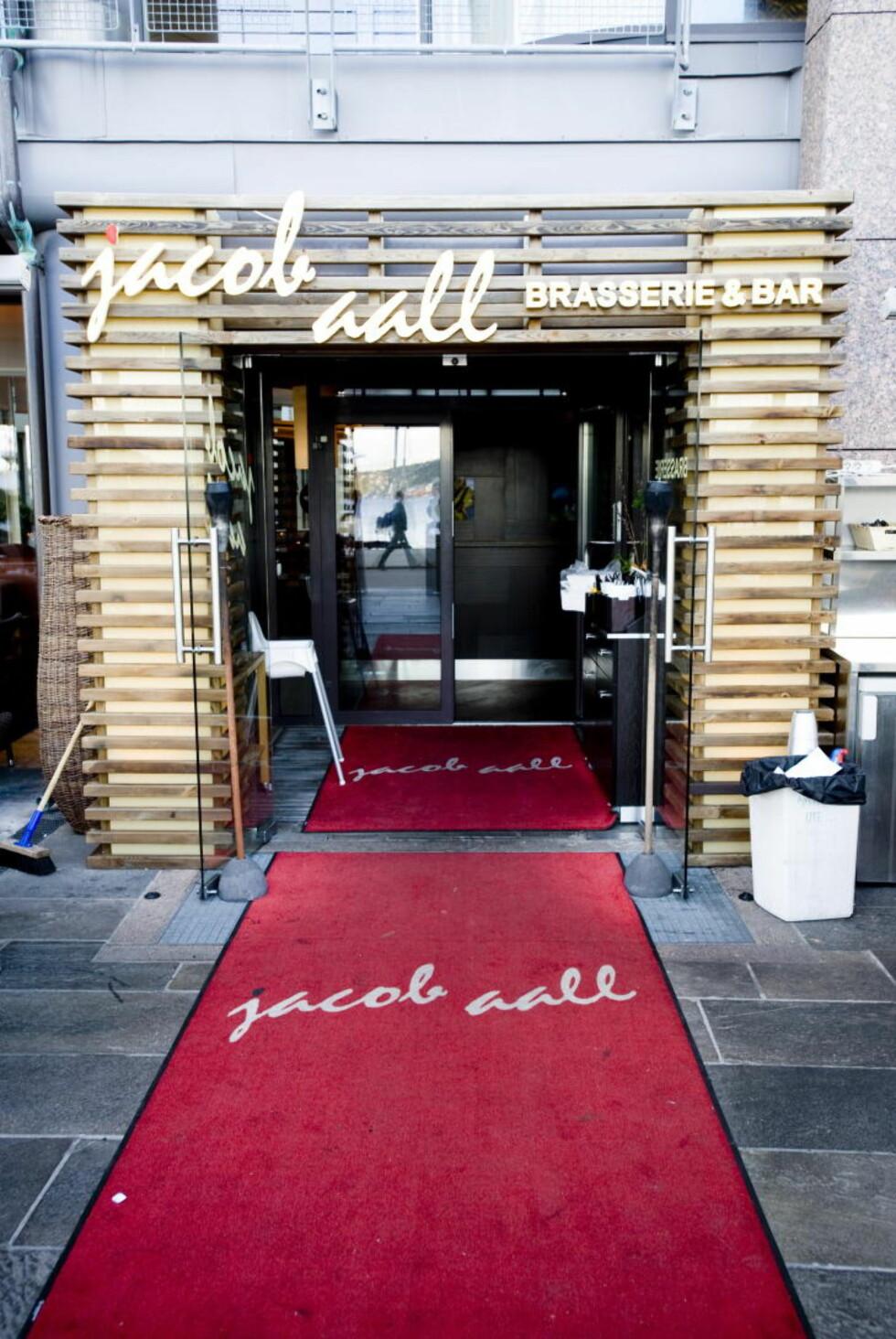 POPULÆRT STED: Jacob Aall Brasserie & Bar har blitt et svært populært lunsjsted blant forretningseliten på Aker Brygge. Restaurantens ligger ytterst på brygga i nyoppussede lokaler. Foto: THOMAS RASMUS SKAUG/DAGBLADET