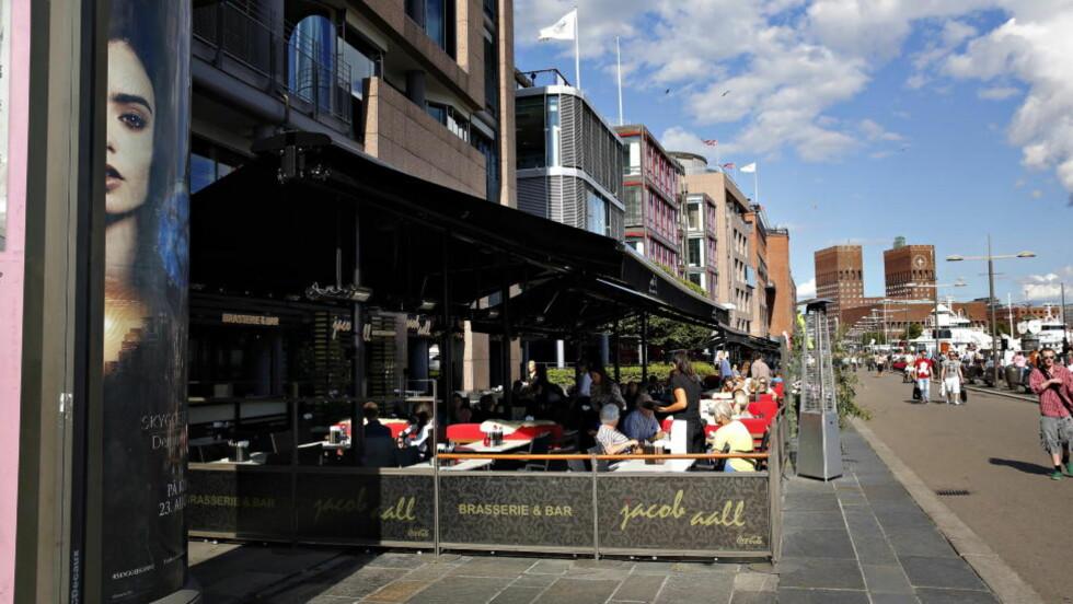 LANGE DAGER: Arbeidstilsynet har avdekket at de ansatte ved Jacob Aall Brasserie & Bar jobber langt over grensene for overtidsarbeid, som ikke kan overstige ti timer i løpet av sju dager, 25 timer i fire sammenhengende uker og 200 timer innenfor en periode på 52 uker. Enkelte av kjøkkenpersonellet hadde i juni jobbet over 240 timer, og flere jobbet også 14-timersdager. Foto: LARS EIVIND BONES/DAGBLADET