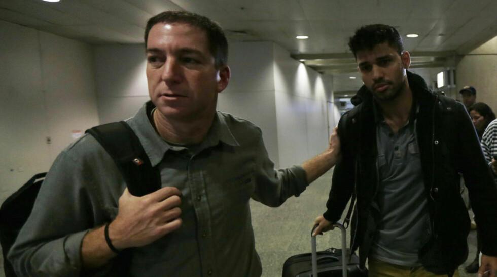 NETTET SNØRER SEG: Glenn Greenwald (t.v.) og hans partner David Miranda på flyplassen i Rio de Janeiro etter å ha kommet tilbake fra det ublide møtet med britisk etterretning. Foto: Ricardo Moraes / Reuters