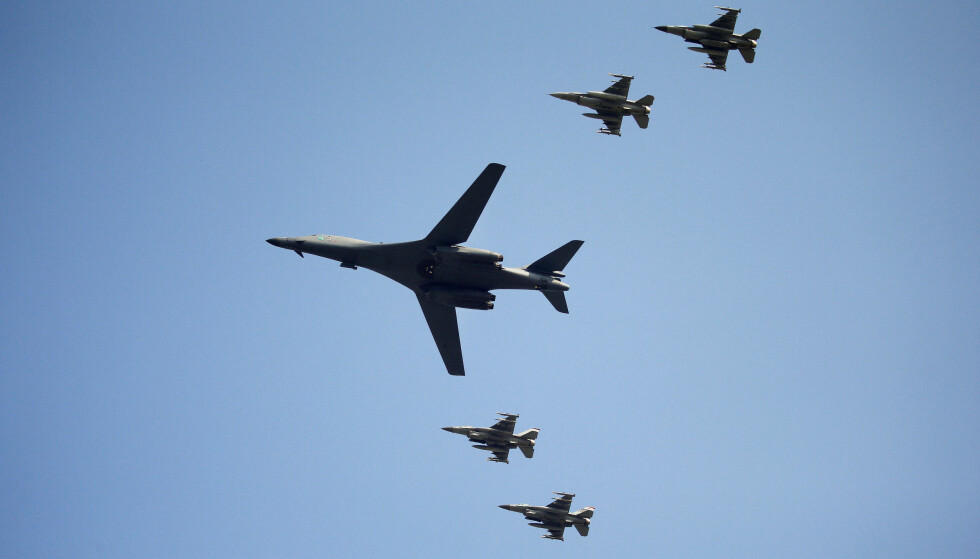 FLØY OVER SØR-KOREA: Her et amerikansk supersonisk bombefly av typen B-1 over Isa Air Base i Pyeongtaek i Sør-Korea natt til tirsdag norsk tid. Foto: REUTERS / Kim Hong-Ji     / NTB scanpix