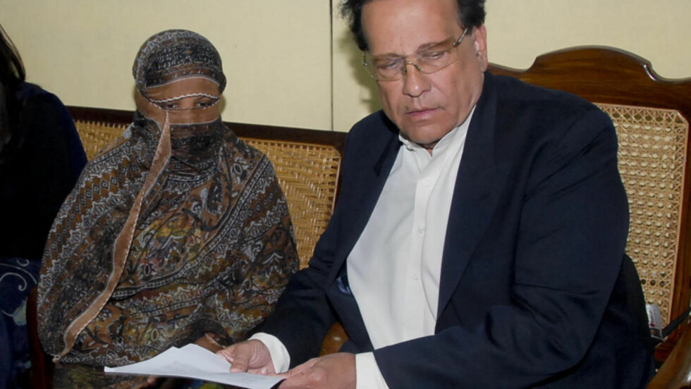 FENGSLET OG DREPT: Asia Bibi (t.v) er dømt til døden ved henging for blasfemi. Nå har hun sammen med en fransk journalist utgitt sin versjon av hva som førte til beskyldningene i en ny bok. Her sammen med Salman Taseer, som sener har blitt drept angivelig for å ha argumentert mot landets blasfemiparagraf.  Foto: AP/NTB Scanpix.