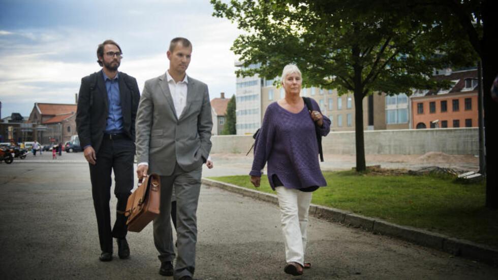 AKTIV AUGUST: Her er EOS-utvalgets leder Eldbjørg Løwer på vei ut av Havnelageret sammen med sekretariatsleder Henrik Magnusson og en juridisk rådgiver etter et fire timer langt uanmeldt besøk hos den ukjente etterretningsavdelingen i kontorbygget midt i Oslo. Det skjedde bare to uker etter at granskerne hadde hatt et lignende tilsyn ved tjenestens hovedkvarter i en annen sak. Foto: Benjamin Ward.