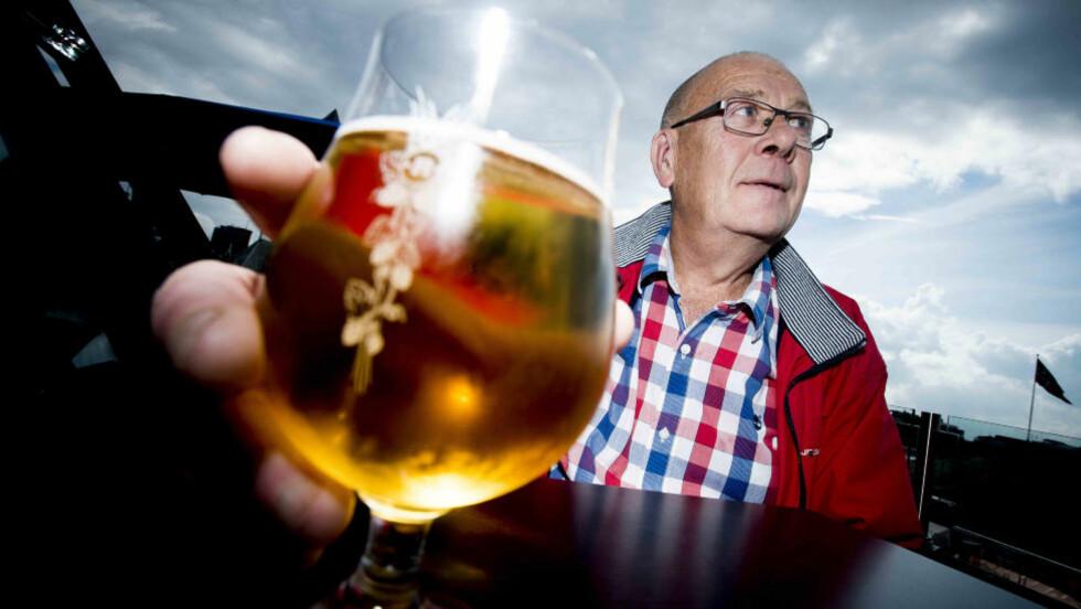 DETTE BØR DEN KOSTE: Fellesforbundet avdeling 10 har beregnet hvor mye en halvliter øl bør koste, hvis man følger lover og regler. Ifølge Tore Skjelstadaune fra Fellesforbundet bør da minst salgspris være 67,90 kroner (se beregning i egen faktaboks). Foto: THOMAS RASMUS SKAUG/DAGBLADET