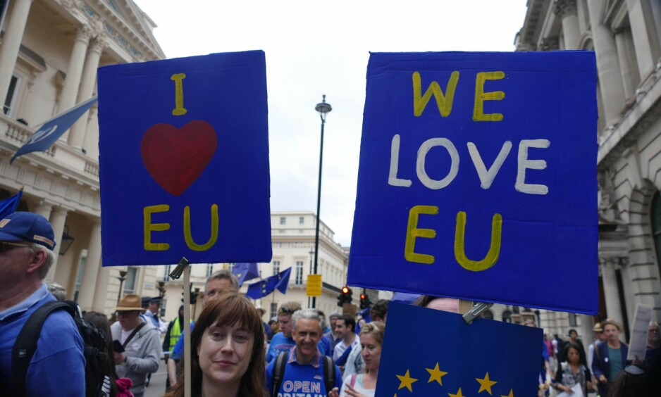 «ELSKER EU»: Det er fortsatt mange briter som ikke har gitt opp EU. Her fra en demonstrasjon i London tidligere denne måneden.  Foto: Gail Orenstein / NurPhoto / NTB Scanpix