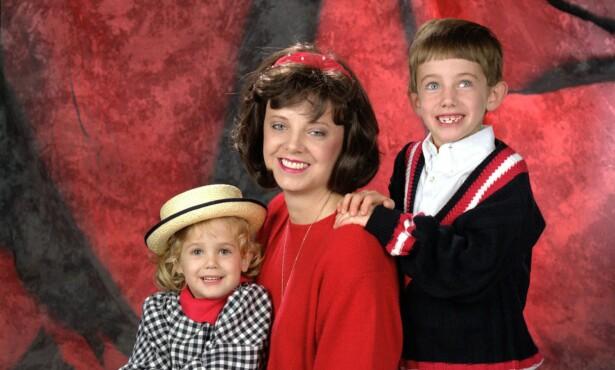 MOR OG BARN: JonBenet sammen med moren Patricia og broren Burke. Foto: A09/ZUMA Press/NTB Scanpix