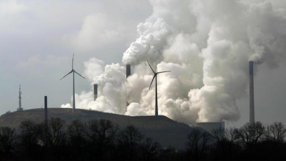 KLIMAFORANDRING: Aldri har det vært mer CO2 i lufta. Potensielt katastrofalt mener forsker. Bildet viser vindturbiner foran Scholven-kraftverket i Tyskland. Foto: REUTERS/INA FASSBENDER
