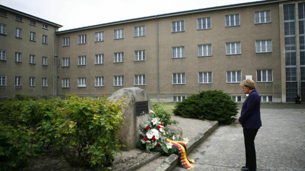 LA NED KRANS:  Angela Merkel, Tysklands mektige forbundskansler, legger her ned en krans for å hedre og minne ofrene for Øst-Tysklands hemmelige politi - STASI. Nå blir det hevdet at Angela Merkel selv har en hemmelig kommunistisk fortid i det tidligere DDR. Foto: Markus Schreiber / AP