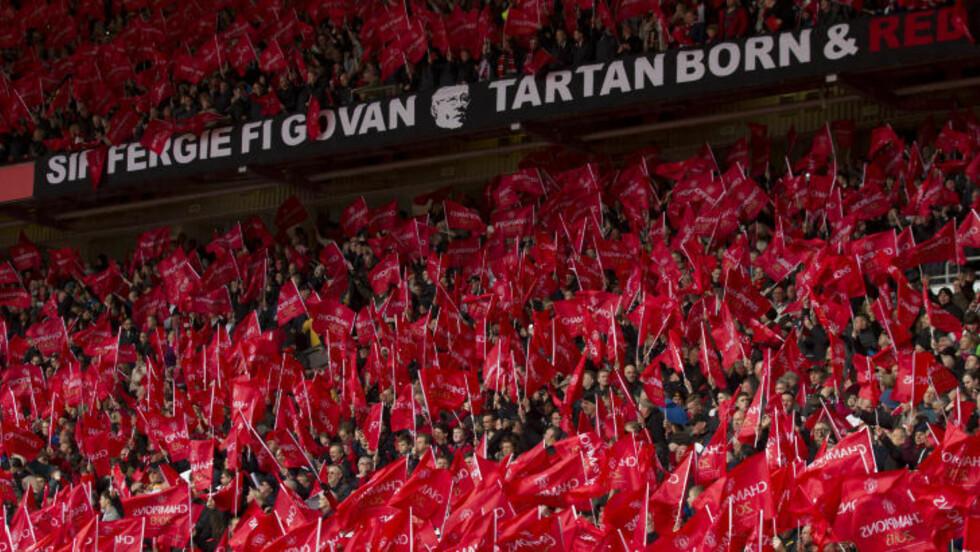 <strong>RØDMALT:</strong> Hele stadion viftet med røde flagg under hyllesten. Foto: AP Photo/Jon Super