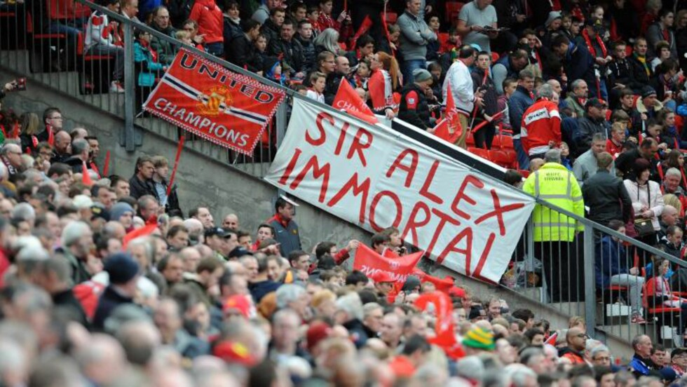 """<strong>UDØDELIG:</strong> Bannere med """"sir Alex immortal"""" og andre hyllester preget Old Trafford. Foto: EPA/PETER POWELL"""