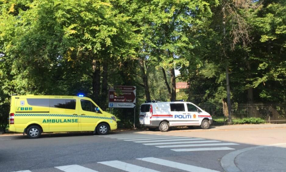 RYKKET UT: Politi og ambulanse rykket ut til Tøyen etter at de fikk melding om et slagsmål med en øks involvert. Foto: Dagbladet
