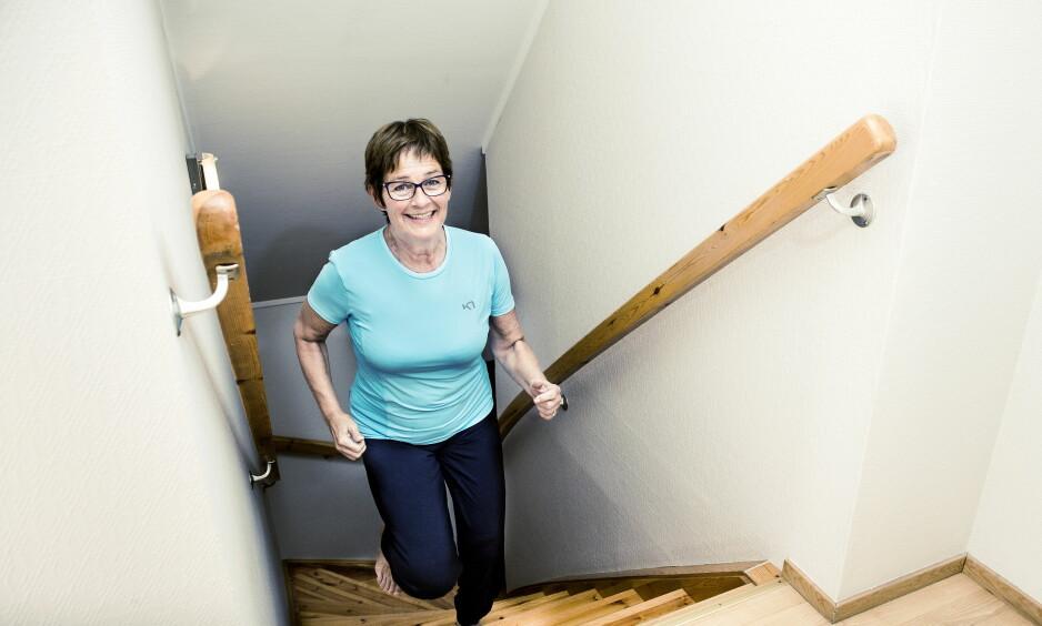 TRAPPELØP: – Jeg kjøpte meg leilighet, for jeg tenkte jeg ikke kan gå trapper og må ha alt på ett plan. Jeg kan fortsatt ikke gå trapper, da kan knærne låse seg, men jeg kan løpe opp trappene, smiler Kirsti Skullerud. Hun har trent seg mye bedre av kneartrosen. Foto: John T. Pedersen / Dagbladet
