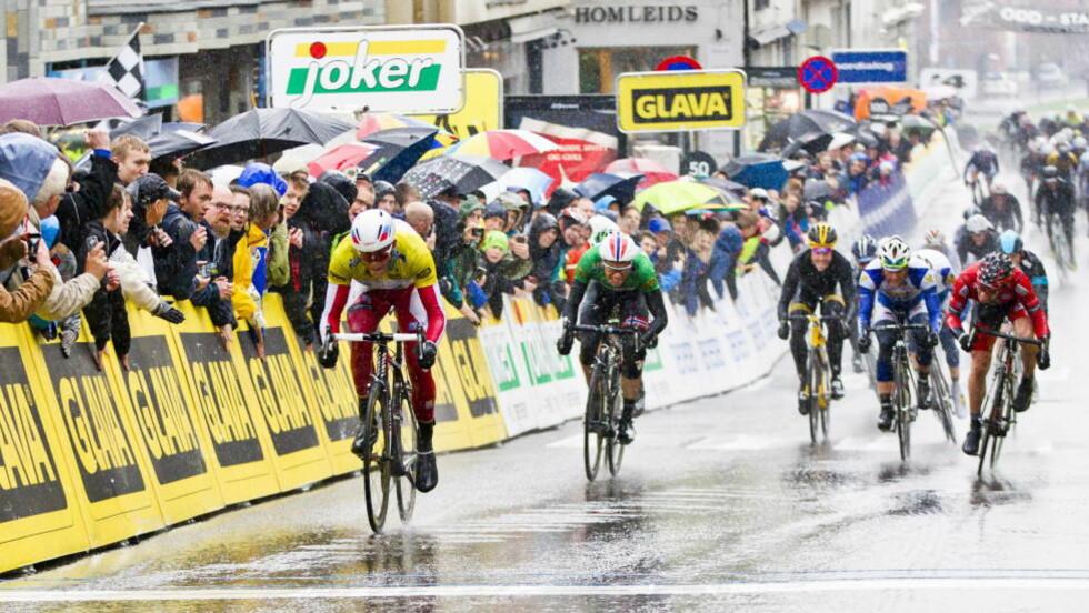 GOD MARGIN:Alexander Kristoff sikret sin andre seier av to mulige da han slo Edvald Boasson Hagen og resten av feltet på dagens etappe i Tour of Norway. Foto: Vegard Grøtt / NTB Scanpix