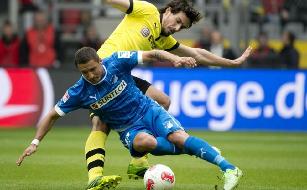 OPPLØFTENDE: Mats Hummels (i gult) fryktet det verste da han ble skadet mot Hoffenheim i går. Foto: Odd Andersen / AFP / NTB Scanpix