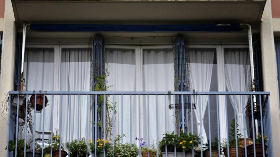 DREPTE BARNA: De to barna ble lørdag kveld funnet med halsen skåret over i sin fars leilighet i forstaden Saint-Priest sørøst for Lyon. Faren ble pågrepet og satt søndag i avhør i Lyon. Her ser man leiligheten hvor de to barne ble funnet. Foto: AFP/JEFF PACHOUD/NTB SCANPIX