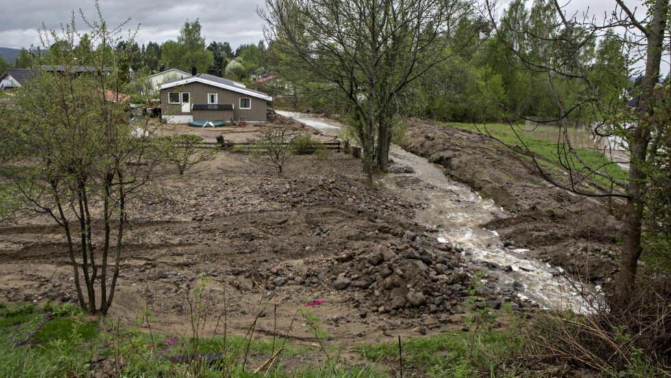 RASERT: Leiv Are Eriksfallet fikk hage og kjeller ødelagt av flomvannet. Foto: Torbjørn Berg / Dagbladet
