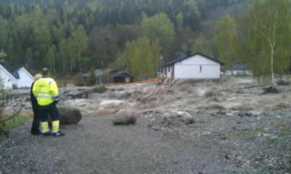 KVAM SENTRUM ONSDAG KVELD:  Bare to år etter den forrige katastrofeflommen, hadde flomvannet tatt over grepet om Kvam i Nord-Fron kommune. FOTO: TONE SIDSEL SANDEN/DØLEN.