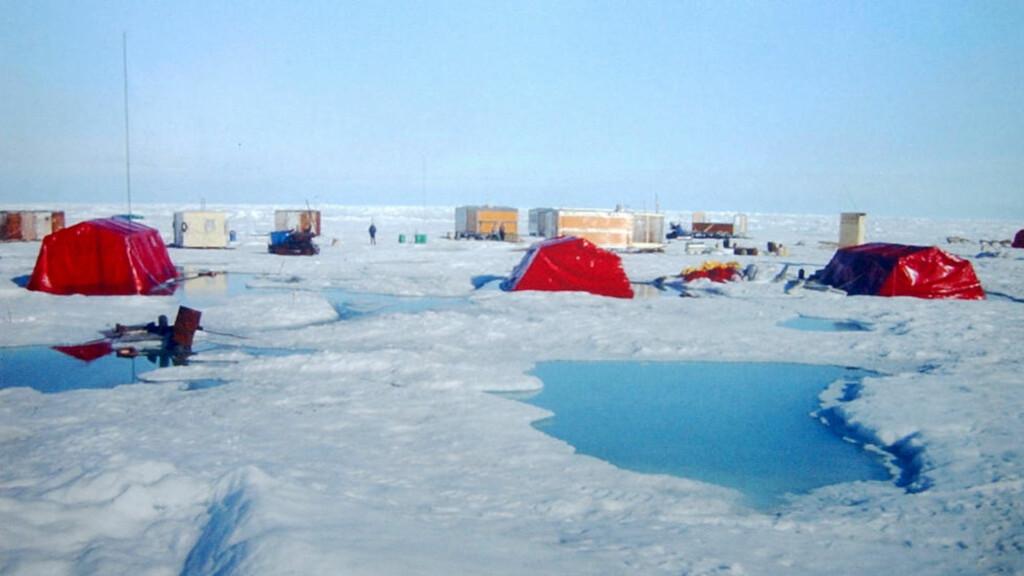 NORTH POLE-32: Dette bildet fra 2003 viser en av forgjengerne til stasjonen som nå evakueres. Foto: St. Petersburg Arctic and Antarctic Museum
