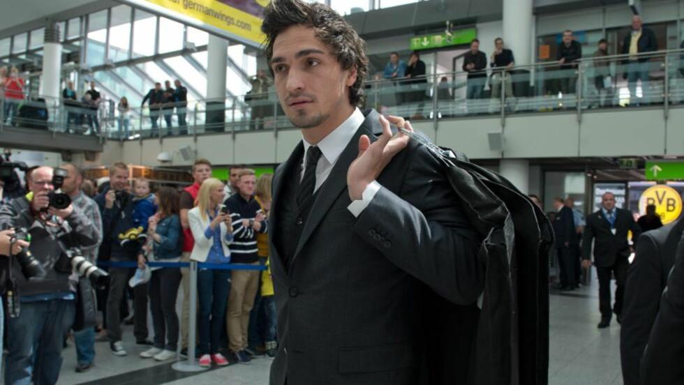 ERKLÆRER SEG SPILLEKLAR: Dortmunds Mats Hummels. Her på flyplassen i Dortmund, på vei til London. Foto: AFP Photo / BERNDTHISSEN