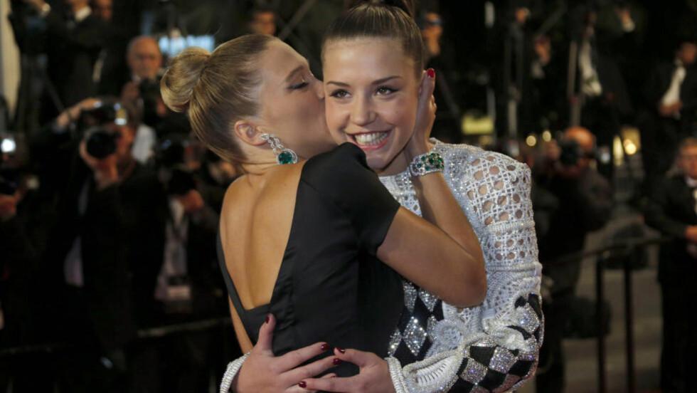 ÅPENHJERTIG SEXSCENE: Adèle Exarchopoulos (20) er blitt den mest omtalte skuespilleren i Cannes etter hovedrollen i «Blå er den varmeste fargen», som utforsker et lesbisk kjærlighetsforhold over flere år - og som inneholder en lang og eksplisitt sexscene. - Vi måtte bare gi oss hen og ikke være sjenerte for å ta på hverandre, sier skuespilleren, som her blir kysset av motspiller Lea Seydoux. Foto: Scanpix.