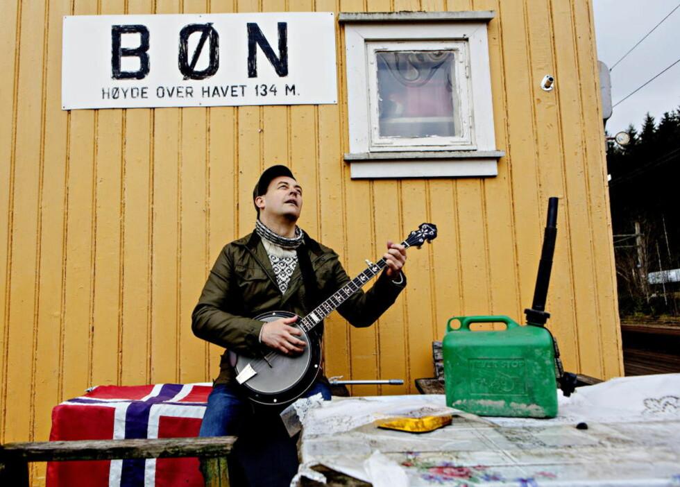 RAILROAD BLUES: Stian Carstensens musikalske verden inneholder mange landskap og få grenser, og han er like hjemme i en banjoakkompagnert railroad blues på Bøn som med trekkspillet i en «umulig» 11/16-dans i Bulgaria. FOTO: LARS EIVIND BONES / DAGBLADET