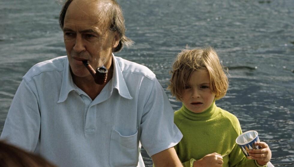 I NORGE: Roald Dahl på sitt sommersted ved Fevik i 1970. Foto: Knut Bjørnskau / Aftenposten