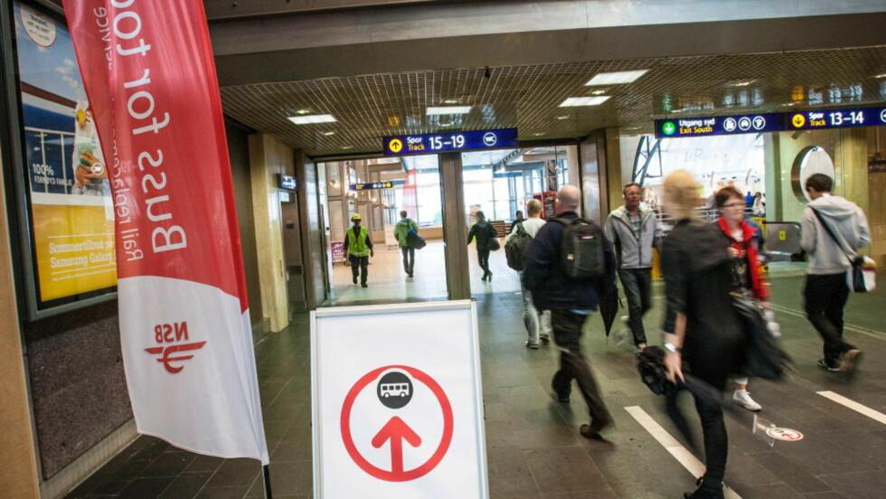 PLUKKET UT OFRE:  Fem gutter og menn er tiltalt for seksuelle krenkelser mot to unge jenter de skal ha blinket seg ut på Oslo S. Illustrasjonsfoto: Audun Braastad / NTB Scanpix.