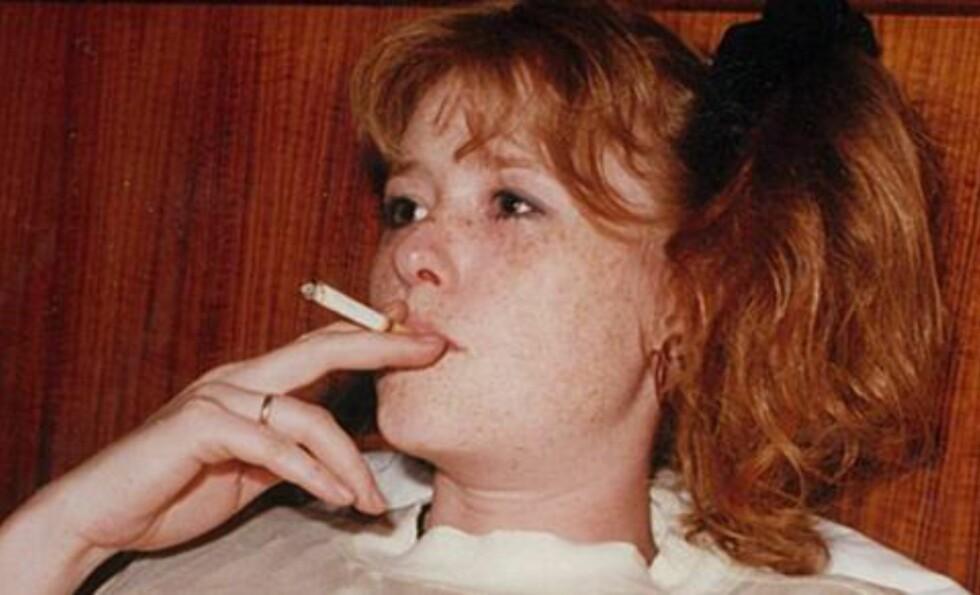 FOR ET FORBILDE! - I mange år var tobakken var det første jeg grep etter på morgen, og det siste jeg la ifra meg om kveldene. Røyk og kaffe først, så frokost, forteller Bjørg Engdahl om tiden som røyker (med eller uten grorudpalme). FOTO: Privat