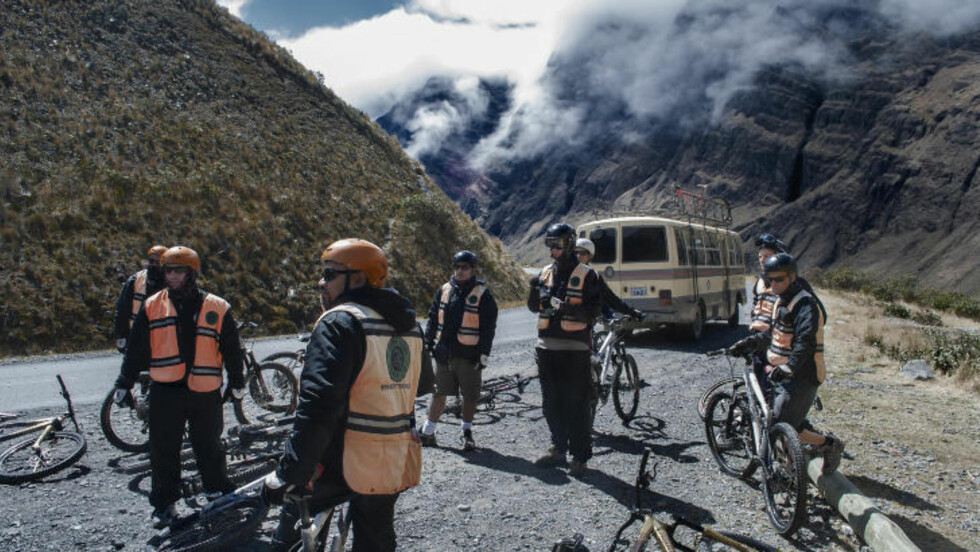 DØDSVEIEN: Turister fra mange land fristes av sykkelturen som kalles verdens farligste. Den går fra 4700 meter utenfor den bolivianske storbyen La Paz. Foto: TIM SNELL
