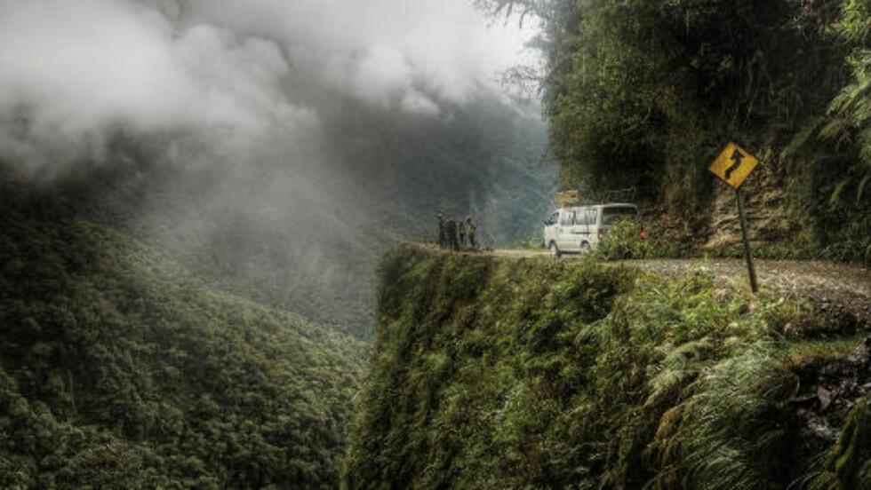 LANG: Dødsveien er 6,4 mil lang og uten autovern. Foto: TIM SNELL