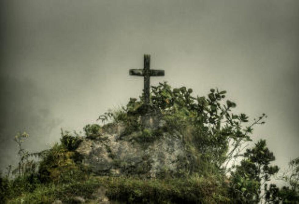 MINNESMERKE: Langs veien står flere kors til minne om personer som har omkommet, de fleste lastebilsjåfører. Foto: TIM SNELL