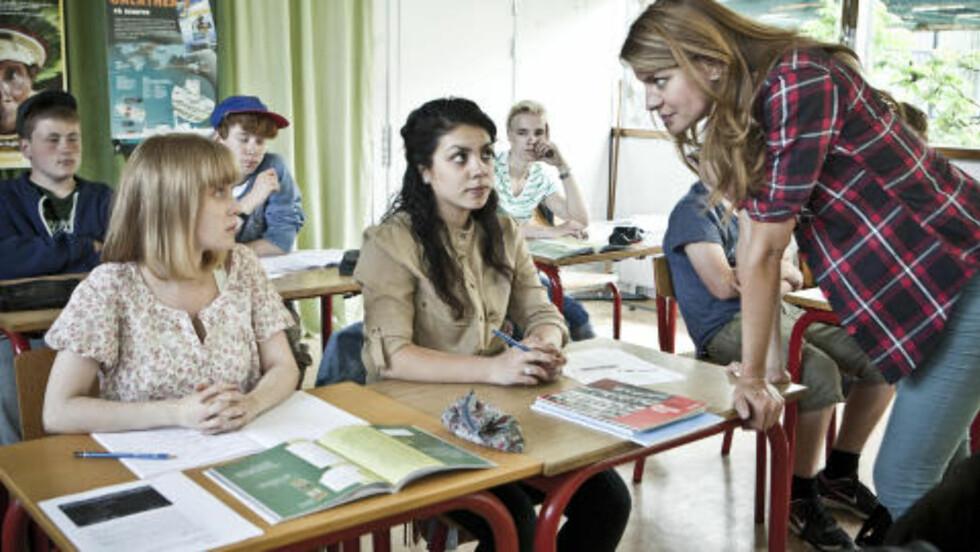 «IRRITERENDE BEDREVITER»: I Ritas klasserom er det ingen fordel å være veslevoksen lesehest. Det får Rosa (Lea Høyer, t.v.) erfare.