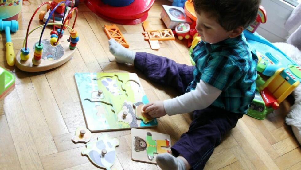 PUSLESPILL: De fleste barn har perioder hvor de liker å pusle puslespill. Det er utviklende for barnets intelligens og konsentrasjonsevne. Illustrasjonsfoto: www.colourbox.com