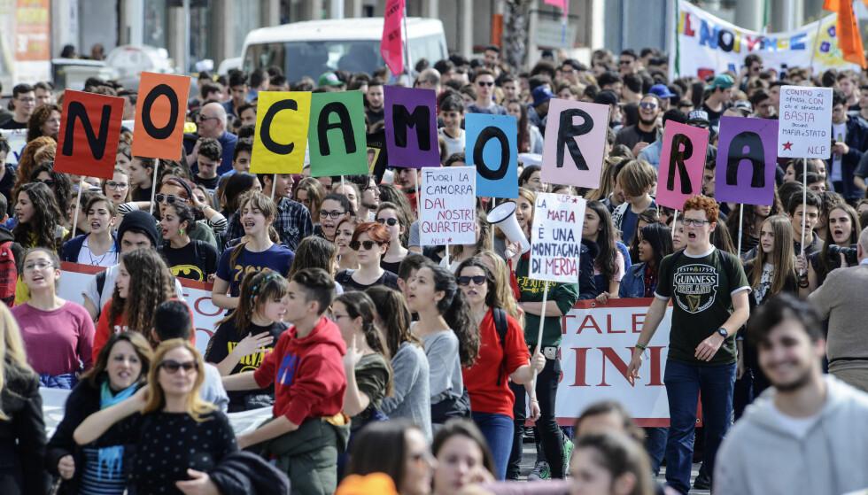 DEMONSTRASJON: Demostranter tar avstand fra mafiaen i Napoli. Foto: Salvatore Laporta/Pacific Pres/Scanpix
