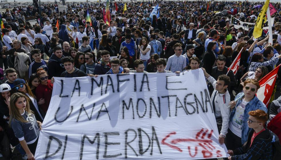 USKYLDIGE OFRE: Lokalbefolkningen i Napoli demonstrerer mot mafiaen etter at deres kamper rammet uskyldige tidligere i år. Foto: Salvatore Laporta/Pacific Pres/Scanpix