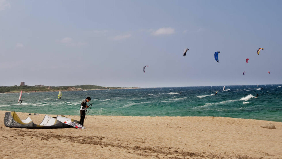 LUFTIG: Kiting på Spiagga de Vignola, nord på Sardinia.  Foto: JOHN T. PEDERSEN