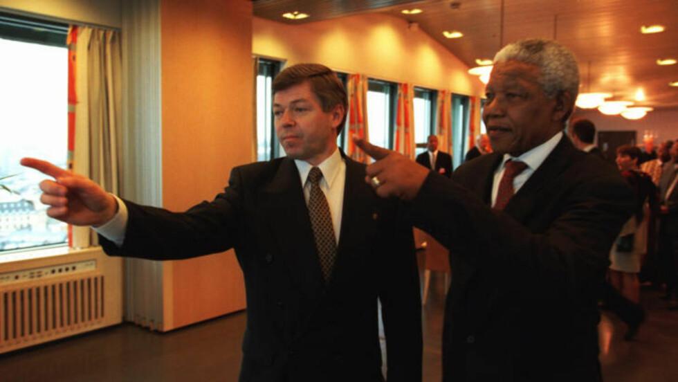 VISER VEI: President Nelson Mandela på statsbesøk i Norge i 1999. Han møtte statsminister Kjell Magne Bondevik på statsministerens kontor. Bondevik viser Mandela utsikten fra over Oslo. Foto: Terje Bendiksby, SCANPIX