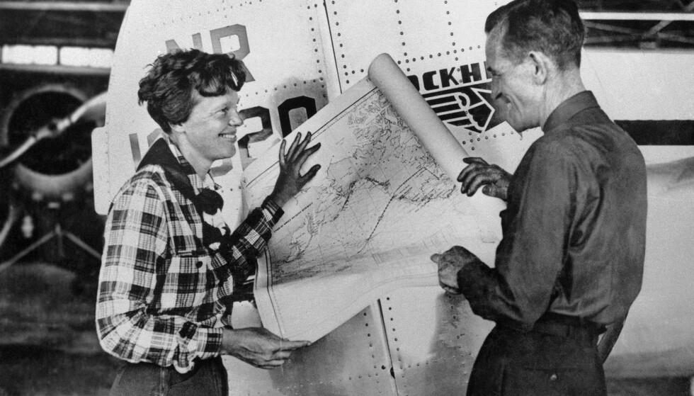 KJENDISER: Amelia Earhart og Fred Noonan poserer i forkant av jorda-rundt-turen. Turen og forsvinningen vakte stor oppsikt i samtida. Foto: AP / NTB Scanpix