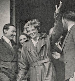 PIONER: Earhart fløy alene over Atlanteren som første kvinne i 1932. Her feires hun i London etter turen. Foto: Mary Evans Picture / NTB Scanpix