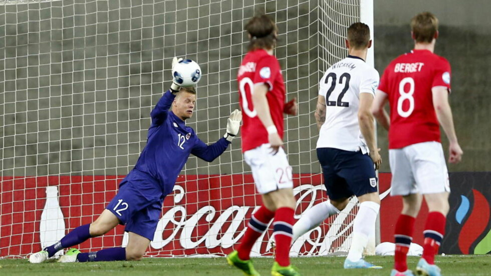 VISTE SEG FOR EUROPA: Ørjan Håskjold Nyland leverte mesterredninger i flere kamper i EM - her får han opp høyrehånda mot England. Dermed er han inne i Uefas All star-tropp. Foto: Erlend Aas / NTB Scanpix