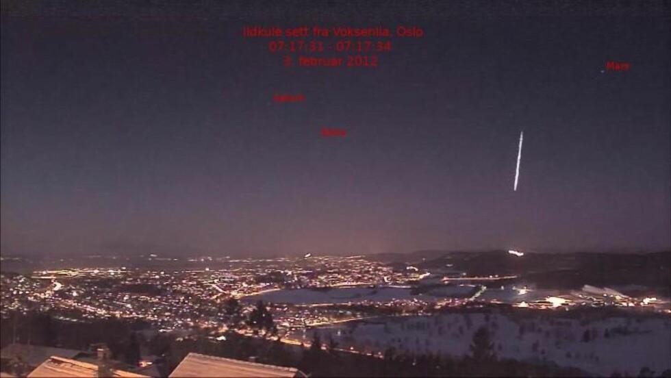 OVER MORGENRUSHET: Det er ikke 100 prosent bekreftet, men mye tyder på at denne ildkulen over Østlandet 3. februar i fjor er opphavet til meteoritten som ble funnet i myra. Foto: Steinar Midtskogen / voksenlia.net