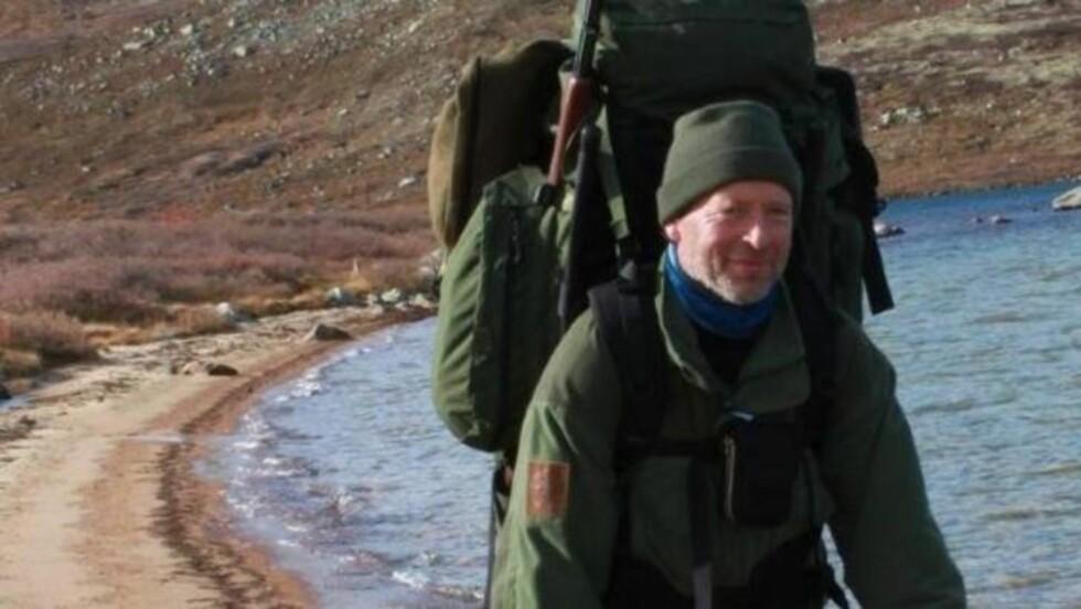 PÅ FISKETUR: Terje Fjeldheim var på fisketur da han så den store, svarte steinen. I og med at han er geolog, la han straks merke til at det var noe uvanlig med den. Foto: Privat