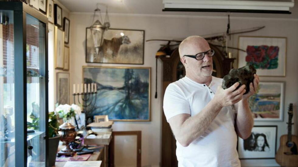 PÅ JAKT: Meteorittsamler og -ekspert, Morten Bilet, har vært ute for å lete etter flere biter i Setesdal. Så langt har han ikke funnet noe. Foto: Benjamin A. Ward / Dagbladet