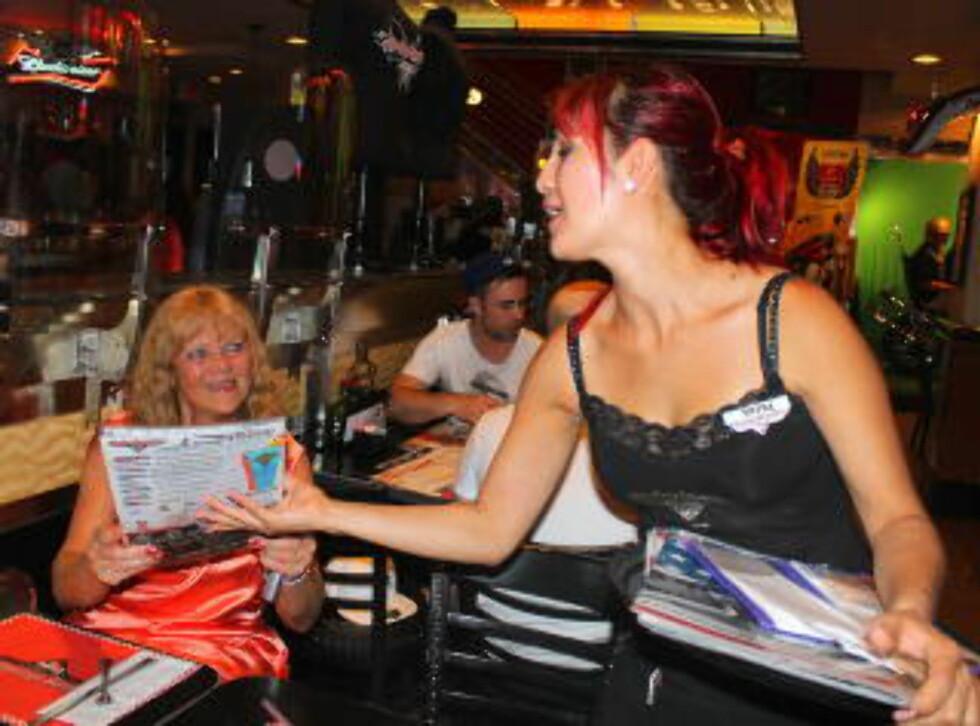 PÅ KAFE: Eva Marita Stubbom får menyen av servitør Satra på Harley-Davidson Cafe på Las Vegas Boulevard. Foto: KIRSTEN MARGRETHE BUZZI
