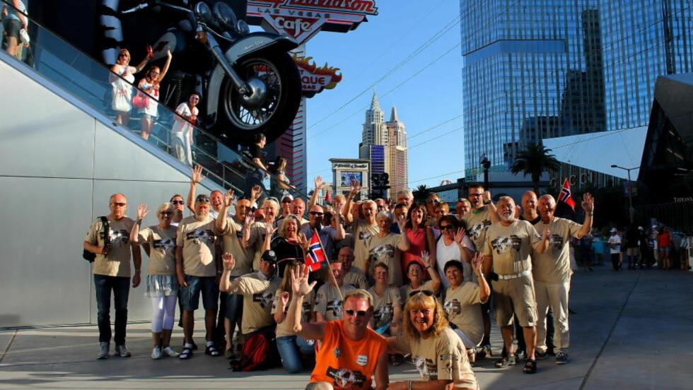 I LAS VEGAS: Eva Marita Stubbom, (foran) samme med guide Helge Njå foran den glade gjengen med 42 nordmenn som kjører Harley-Davidson på Route 66 i sommer. Turen går fra Los Angeles til Chicago, med en avstikker til Las Vegas og Grand Canyon. Her er de på vei inn til Harley-Davidson Cafe på The Strip, mens turister vinker i bakgrunnen fra en av Las Vegas mange rulletrapper. Foto: KIRSTEN MARGRETHE BUZZI