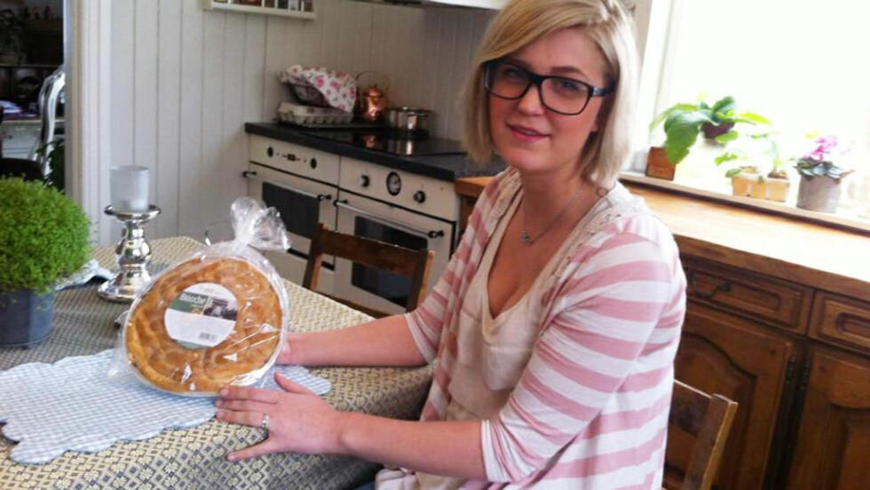 KJØPT TIL 18-ÅRSDAGEN: Brioche-kaka ble kjøpt inn til Mari Tøftums 18-årsdag i januar 2011. Nå, over to år seinere, er den tilsynelatende fremdeles godt spiselig. Foto: CAMILLA LANGBO-LIEN