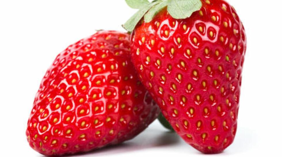 TREKKER SAMMEN: Jordbær inneholder naturlige fettsyrer som virker klargjørende på huden. Foto: COLOURBOX