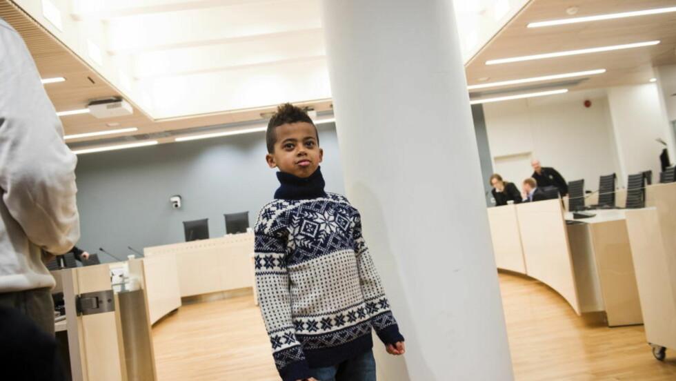 VANT OVER UNE: : Nathan Eshete i rettsal 250 i Oslo tingrett  da saken mot staten ved Utlendingsnemnda startet 19. februar. I dag kom dommen som gir 7-åringen rett til å bli i Norge. Foto: Fredrik Varfjell / NTB Scanpix.