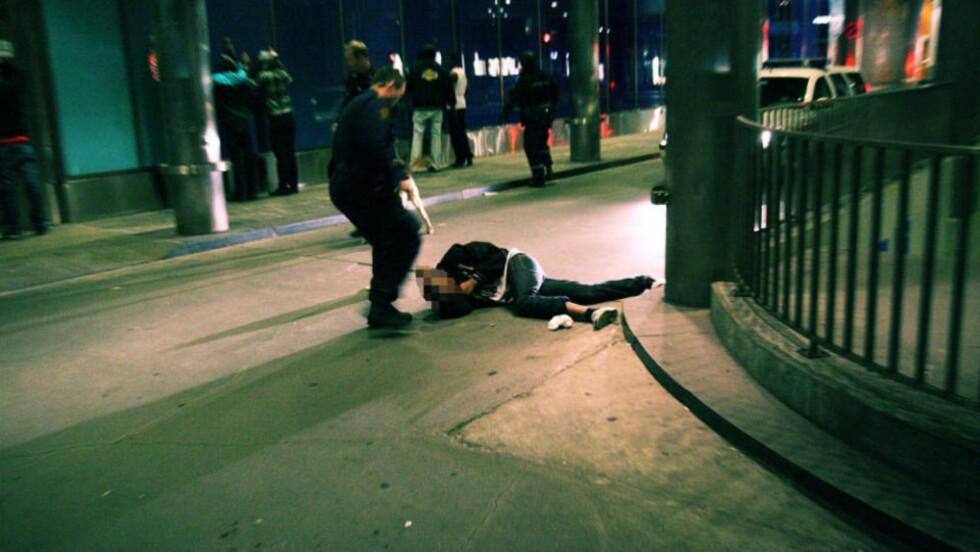 SKUTT TRE GANGER: Da politiet rykket ut etter skytingen ved utestedet Biblos på Jernbanetorget i Oslo 1. oktober 2009, lå en 18 år gammel mann igjen på bakken med tre skudd i kroppen. Foto: Svein Gustav Wilhelmsen