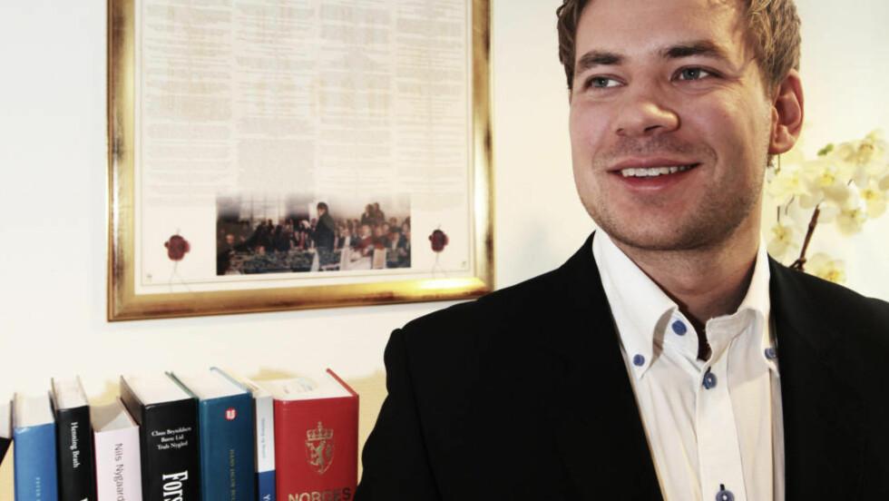 MEDHOLD: Advokatfulllmektig Eirik Teigstad og hans nå 61-årige klient vant fram, og mannen får voldsoffererstatning. Foto: Privat